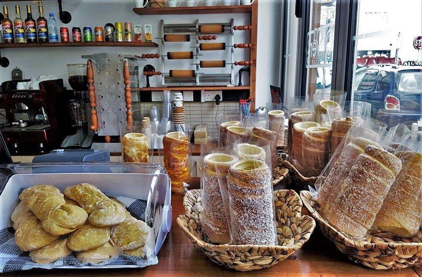 Chimney cakes: Τα αρωματικά κέικ - σωλήνας στη Λεμεσό, ψήνονται σε σούβλα!