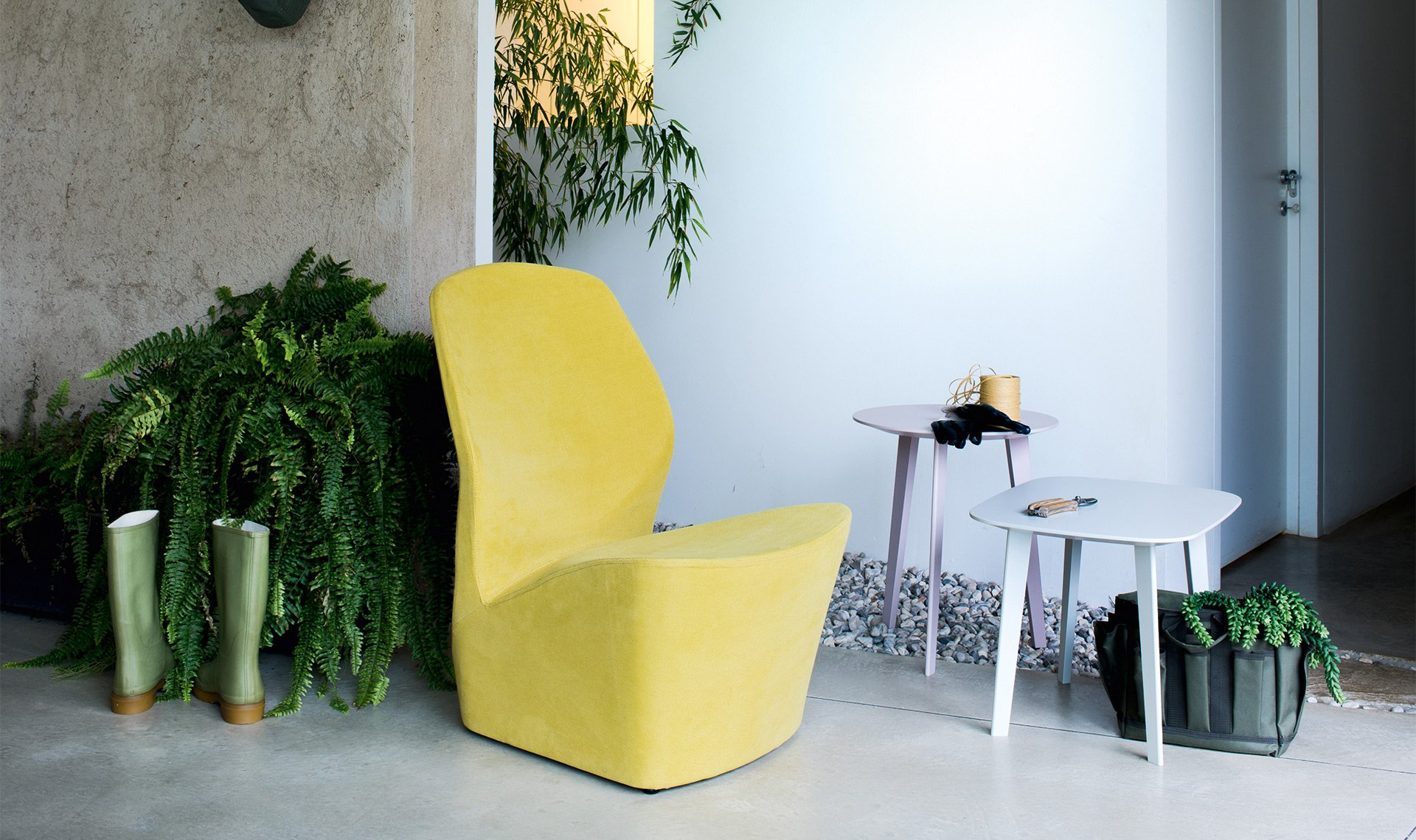 Odette is a padded armchair with removable cover. It forms a single shape where the seat and back are both one and separate. This feature piece also evokes the silhouette of a swan