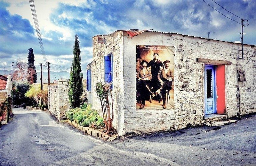 Ένα χωριό της Λεμεσού έχει μετατραπεί σε ζωντανό, φωτογραφικό album!