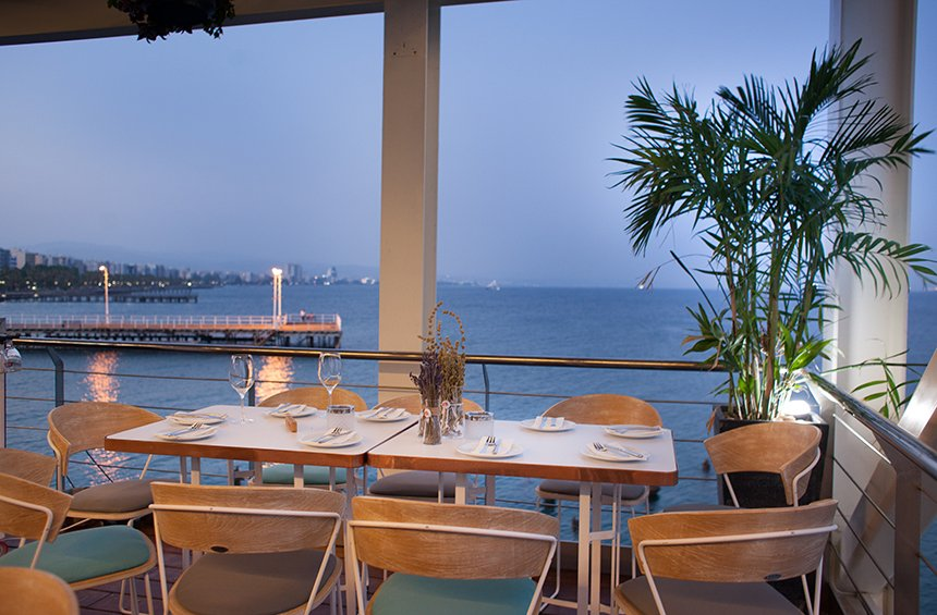 A balcony right above Limassol's sea is 'dancing' jazz and swing!