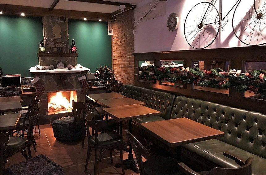 Sherlocks's Home Bar: Μια αυλή παντός καιρού, για φαγητό και ποτό στο κέντρο της πόλης!