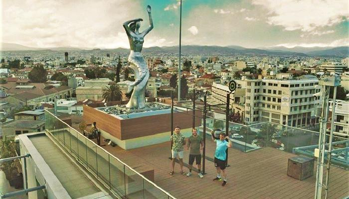 3 restless young men climbed at the Porto Bello roof with the Mermaid...
