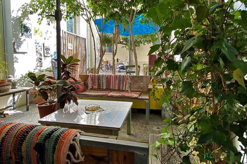 Le Chat Coffee House: A little coffee shop with a wonderful courtyard on a quiet pedestrian street in Limassol!