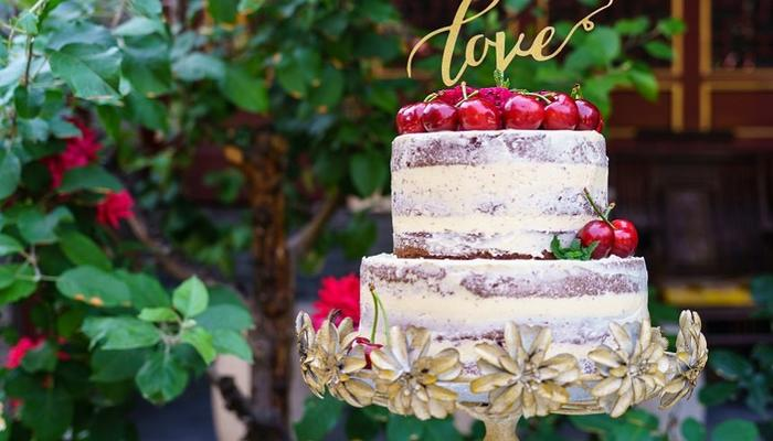 We are tasting impressive wedding cakes for an entire Weekend!