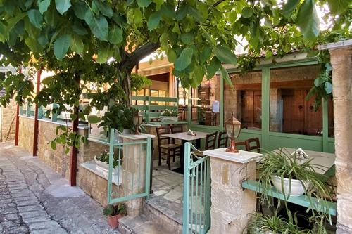 Themistocles' Courtyard: A tavern with a 100% family atmosphere and homemade food!