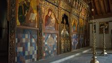 The decoration of the wooden iconostasis is also unique.