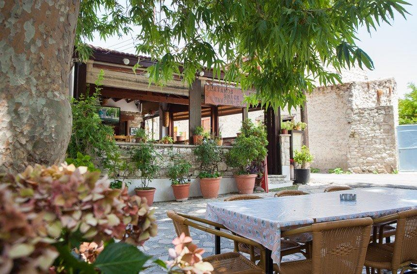 Platanos Tavern: Homemade food at the entrance of Lania village, beneath the greenery!