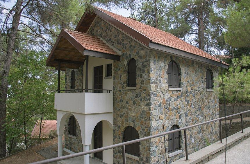 A walk among the Platres mansions