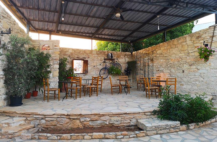 Iris Café-bar: A haven with the tranquility and relaxation of a village courtyard!