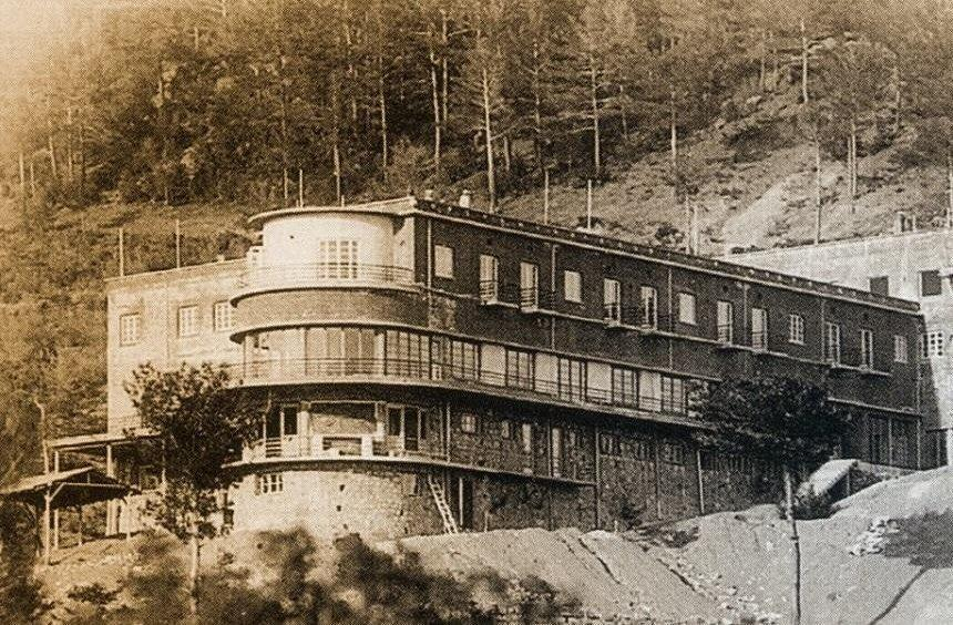 The hotel during the 1930s.