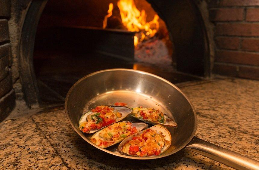 PHOTOS: A Limassol pizzeria offers a surprising new dish of mussels... styled as pizza!