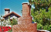 Stone, roof tiles and red bricks are elements that stand out in the village.