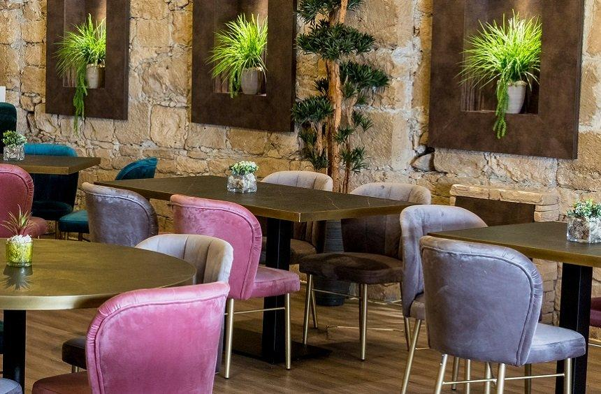 Stretto Café Lounge Bar: A warm and inviting art-deco space with a view of the Medieval Castle!